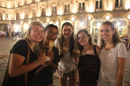 Disfrutando de un helado en la Plaza Mayor