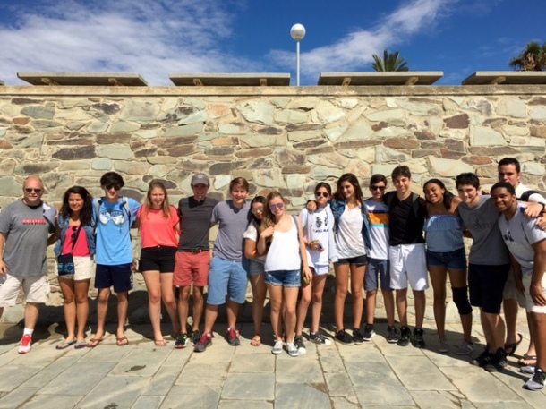 """""""International Relations"""" and """"Sports Marketing"""" students at the Bogatell beach."""