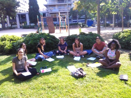 Students enrolled in the Psychology major enjoy a morning in the park.